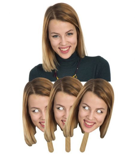 masker in karton op een stokje van vrouw