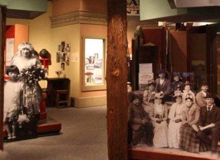 verschillende standees of lifesizers in museum