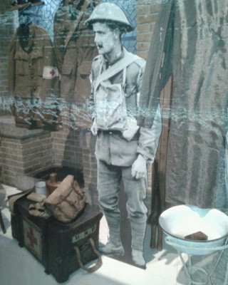 levensgrote foto of standee gemaakt van archief foto soldaat