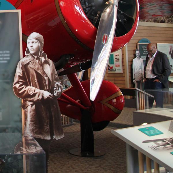 levensgrote foto of standee gemaakt van archief foto pilote bij vliegtuig in museum