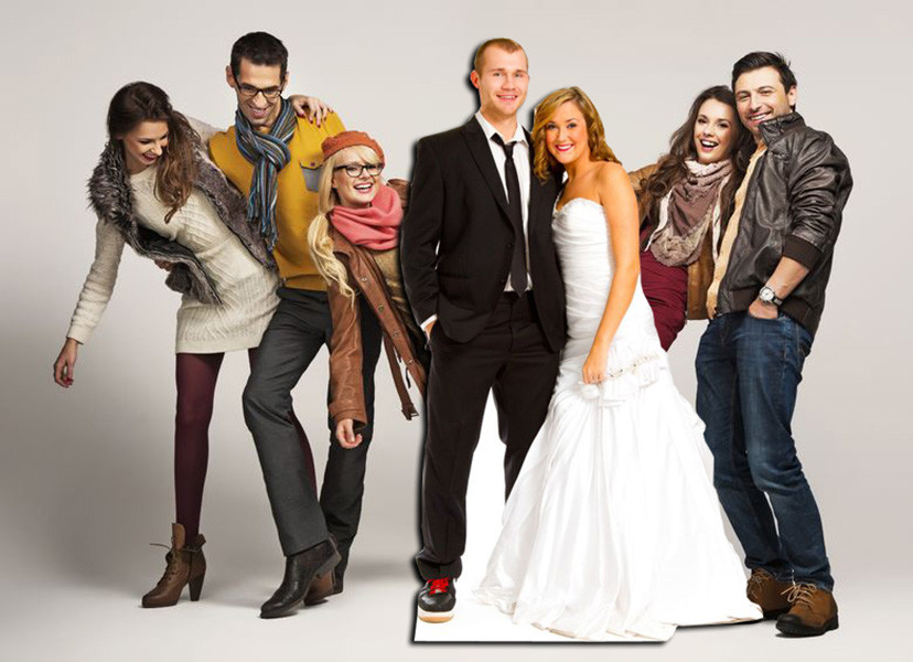 levensgrote foto pop of standee - vrienden rond koppel op trouwfeest
