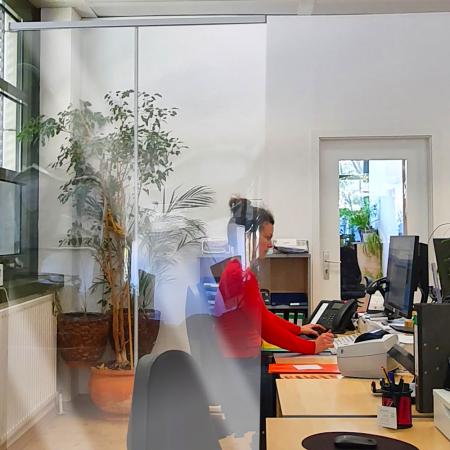 ViewRoll preventie schermen als afscheidingswanden tussen bureau op kantoor