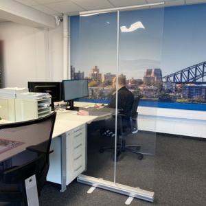 coronascherm of preventiescherm voor bureau - transparante scheidingswand banner ViewRoll - smalle versie met één steunstok