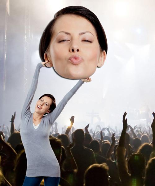 bigface - gigantisch hoofd van vrouw op concert