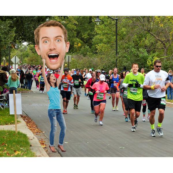 bigface super groot hoofd op sport event
